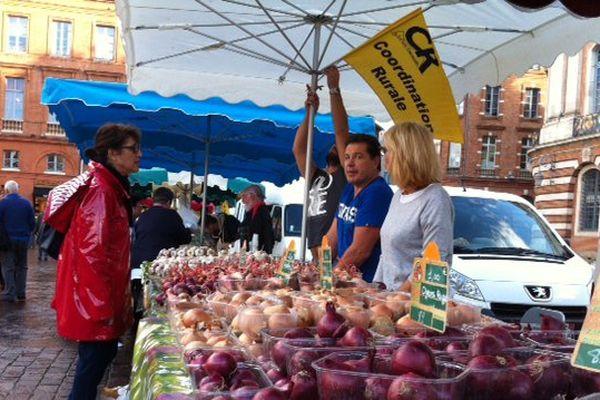 Oignons rouges, jaunes et blancs... On trouve de tout sur le marché toulousain de la coordination rurale.