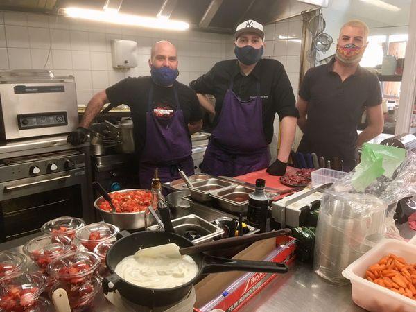 L'équipe du Pince-Oreille à Poitiers prépare des repas pour les soignants du CHU et étend, ce mercredi soir, l'initiative aux bénéficiaires d'Entraides Citoyennes 86.