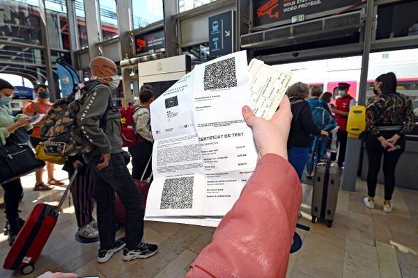 Il est obligatoire, depuis le 9 août 2021, de présenter un pass sanitaire valide pour effectuer un trajet interrégional, en TGV, par exemple.