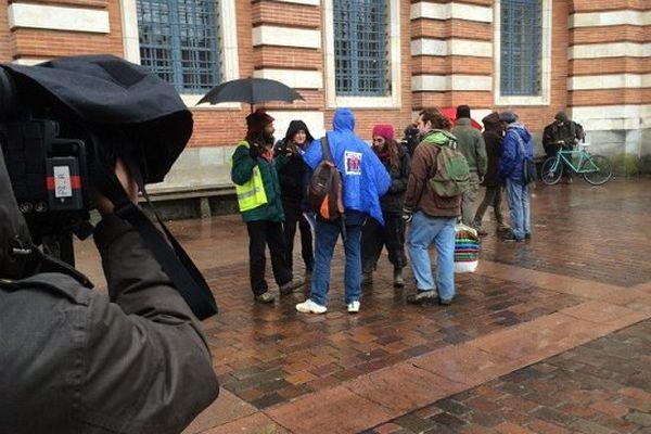 A Toulouse une dizaine de marcheurs se rassemble Place du Capitole