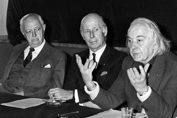 A droite, Jacques Debû-Bridel, en 1976, à Paris.