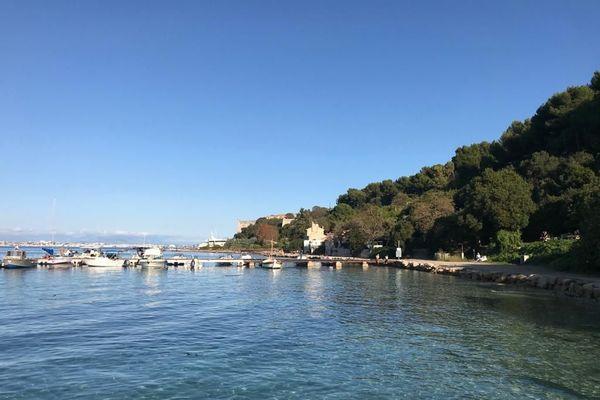 Le petit port de l'île sainte Marguerite dans la baie de Cannes (Alpes-Maritimes).