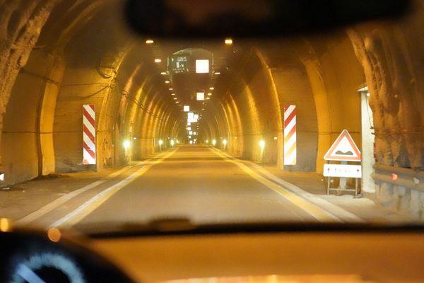 À l'intérieur du tunnel de Tende (Alpes-Maritimes), entre la France et l'Italie.