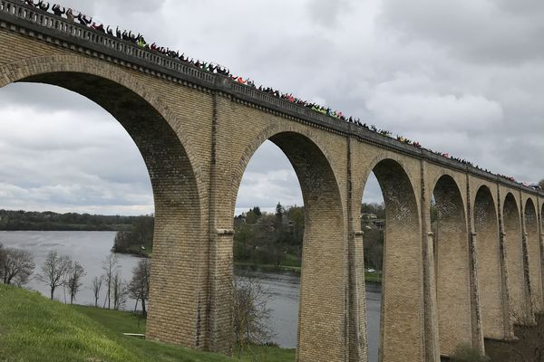 Le cortège s'est retrouvé sur le viaduc qui enjambe la Vienne à l'Isle-Jourdain.