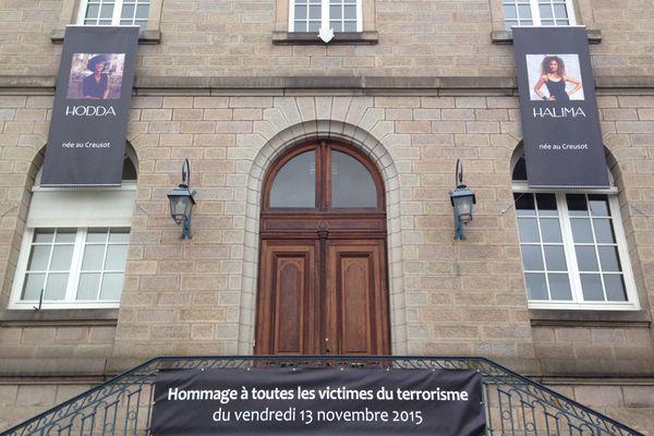 Les portraits des deux jeunes femmes affichés sur la mairie du Creusot