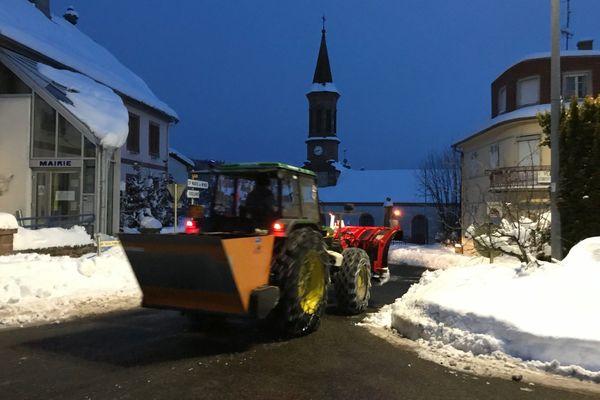 Le tracteur de la commune, équipé pour le déneigement, sillonne le village dès tôt le matin. A son volant, Jean-François Parmentier, ouvrier communal depuis 33 ans.