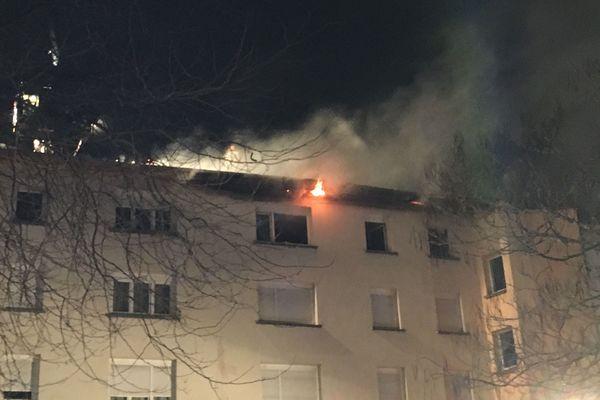 L'incendie a pris au dernier étage et s'est propagé à la toiture