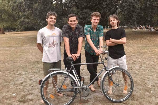 Les quatre amis de la Caravane sonore vont tenter de traverser la France, l'Italie, la Grèce et bien d'autres pays