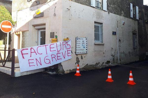 Une partie des facteurs du centre de distribution de Saint Chaptes, au nord de Nîmes, est en grève illimitée pour défendre leur centre de distribution.