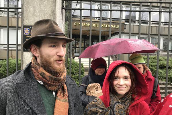 Sous la pluie, une dizaine de militantes et militants ont accompagné Michaël Kugler devant la gendarmerie de Strasbourg.