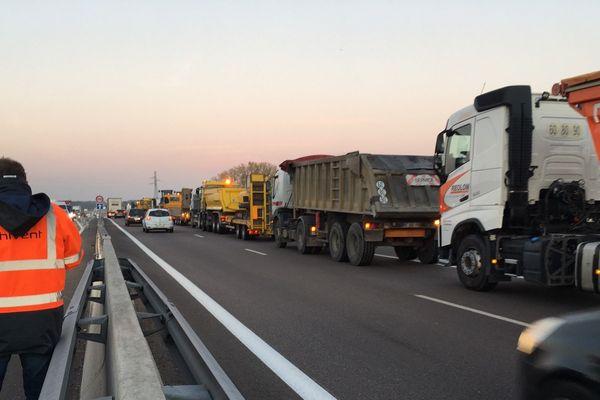 Les véhicules bloquent une des voies de la RCEA entre Saint-Rémy et Montchanin.