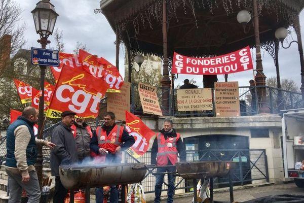 Les syndicats des Fonderies du Poitou organisent ce midi un barbecue de soutien devant la mairie de Châtellerault.