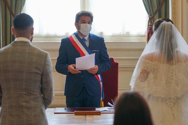 Le maire de Reims réélu, Arnaud Robinet, a célébré le premier mariage de sa nouvelle mandature et le premier mariage depuis le confinement ce 3 juin 2020.