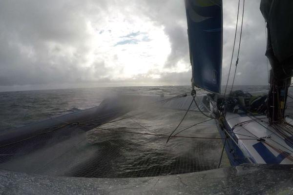 Après cinq heures de course, le trimaran Macif était déjà dans le golfe de Gascogne