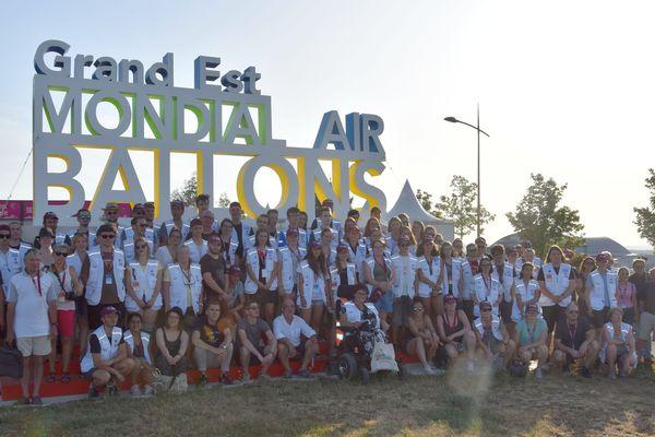 Le fondateur et organisateur du Mondial Air Ballons, Philippe Buron-Pilâtre et les volontaires de la 19e édition, celle des 30 ans, à Chambley (Meurthe-et-Moselle) devant le Monu'MAB, jeudi 25 juillet 2019.