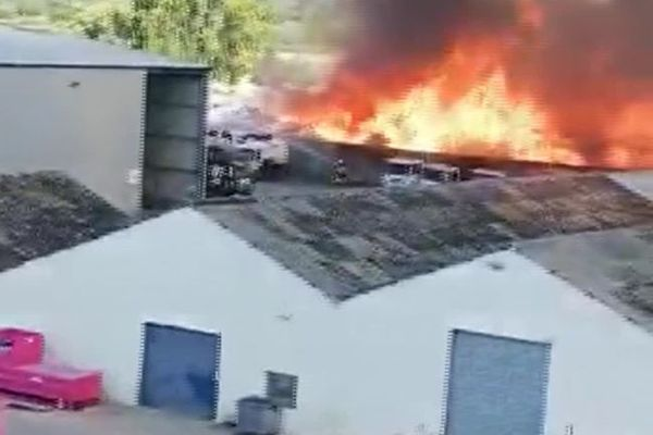 L'incendie s'est déclaré sur le site d'une entreprise de Bassens dans une zone industrielle où se trouvent de nombreuses usines classées Seveso. Image extraite d'une vidéo amateur