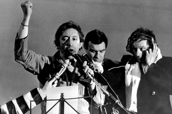 Serge Gainsbourg chante la Marseillaise en brandissant le poing levé à Strasbourg le 4 janvier 1980.