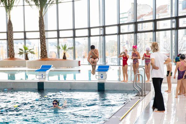 Les créneaux sont établis sur 2 h, sur réservation uniquement dans les piscines municipales rémoises et il n'est plus possible de rester assister au cours de votre enfant.