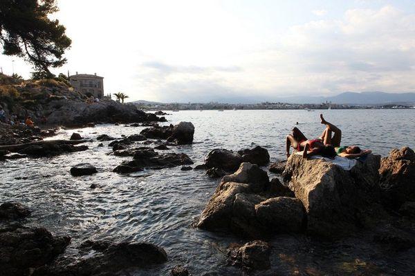 Les rochers du cap d'Antibes avec, au loin, la ville.