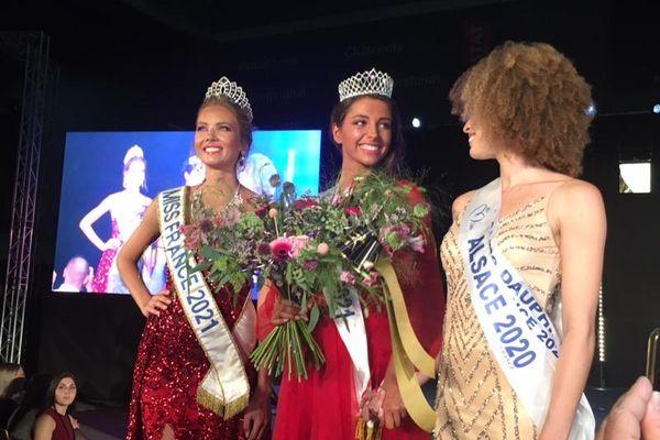 Cécile Wolfrom, la nouvelle Miss Alsace, entourée de Miss France 2021, Amandine Petit (à gauche), et de la Miss Alsace 2020, Aurélie Roux.