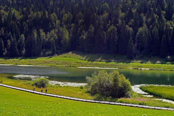 Randonneurs autour du lac de Lamoura, dans le Haut-Jura