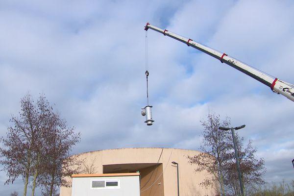 Les chaudières et les cheminées passent par le toit pour être remplacées.