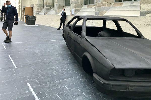 La voiture d'Adel Abdessemed, une des pièces parmi les plus impressionnantes de l'exposition