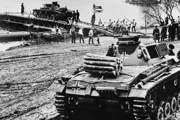 Les blindés allemands franchissant un cours d'eau en avril 1940, juste avant l'offensive.