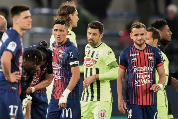 Les joueurs de Caen et d'Angers à l'issue du match perdu par le club normand le 13 avril 2019.