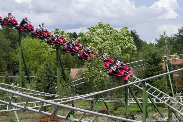 Des éléphants et des flamants roses à quelques mètres de montagnes russes : le parc de loisirs du Pal, installé en pleine campagne bourbonnaise, dans l'Allier, a su s'imposer comme l'un des fleurons touristiques français, grâce à un modèle unique en son genre.