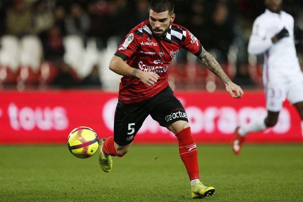 Pedro Rebocho contrôle le ballon dans la rencontre contre Reims.