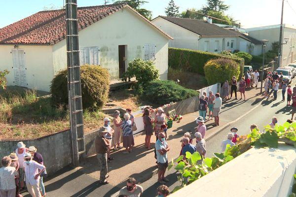 Voisins et amis de la victime avaient souhaité se rassembler quelques jours après les obsèques