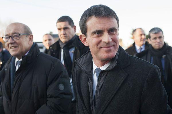 C'est accompagné du président de la région Bretagne, Jean-Yves Le Drian que Manuel Valls, candidat à la primaire de la gauche, est en campagne à Lamballe dans les C^otes d'Armor