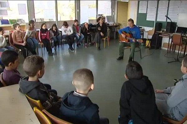 L'artiste François Dorembus et les élèves de l'école de Crins à Graulhet en pleine création musicale