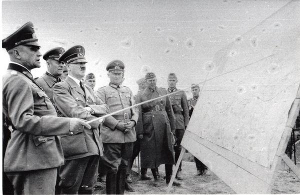 Le général Walter Heitz à gauche d'Hitler, au sommet de la Tour d'Ostrevant, le 2 juin 1940. Il est alors général du VIII Corps d'Armée.
