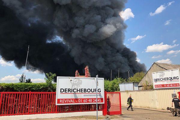 Un incendie a lieu sur un site de l'usine Derichebourg à Athis-Mons, dans l'Essonne.
