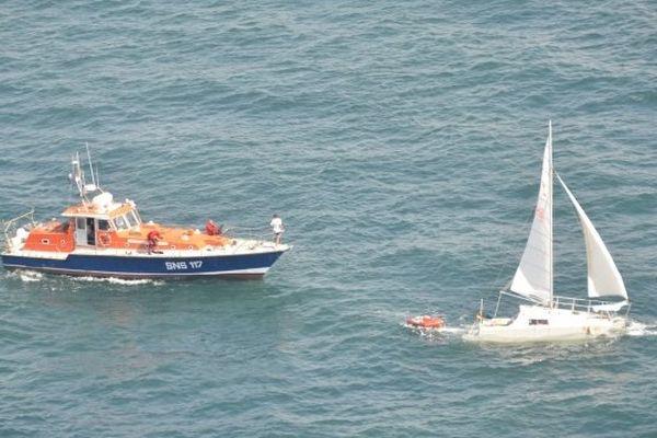 Les marins pompiers viennent dégager le catamaran en partie coulé