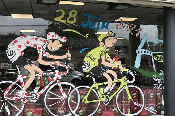 Les dessins sur les vitrines des commerçants sont réalisés par un couple de Breton passionné par le Tour de France