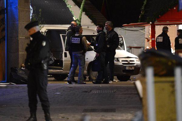 Le véhicule a foncé sur un chalet du marché de Noël de Saintes où était servi du vin chaud place Royale à Nantes