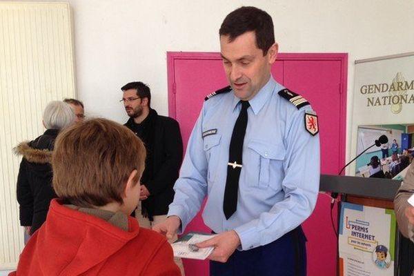 Les gendarmes ont remis leur permis internet aux enfants après leur avoir fait passer un examen.