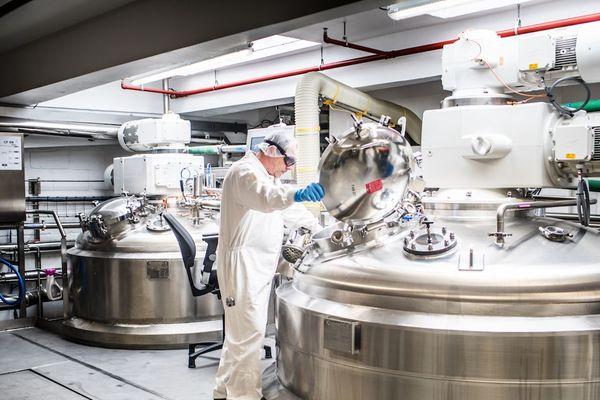 100 salariés de l'usine L'Oréal de Vichy, dans l'Allier, fabrique des gels hydroalcooliques pour les établissements de santé de la région.