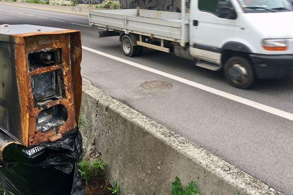 Un radar incendié sur la rocade de Grenoble. De nombreux équipements ont été dégradés en Isère en 2019.