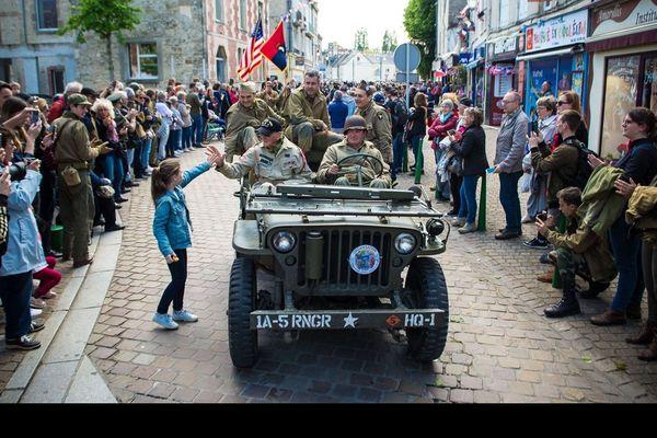 Le vétéran Tom Rice défile dans les rues de Carentan-les-marais, lors des commémorations du 75ème anniversaire du Débarquement.