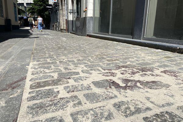 Au lendemain de la découverte, des traces de sang sont toujours visibles rue des 2 Épées, dans le centre-ville de Lille.