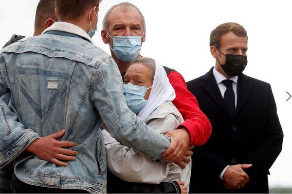 Sophie Pétronin à son arrivée en France entourée de sa famille