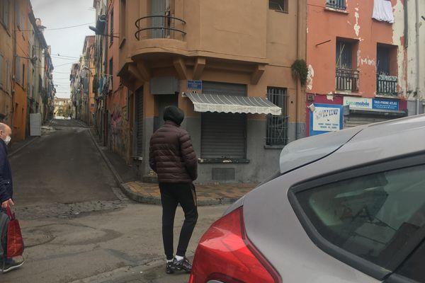 Un dealer attend un client au bas de la rue commerçante du quartier Saint-Jacques à Perpignan