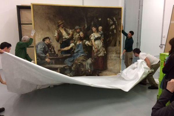 Le déballage de l'oeuvre de Léon Lhermitte, une huil sur toile de 1885 © Jean-Pierre Stahl