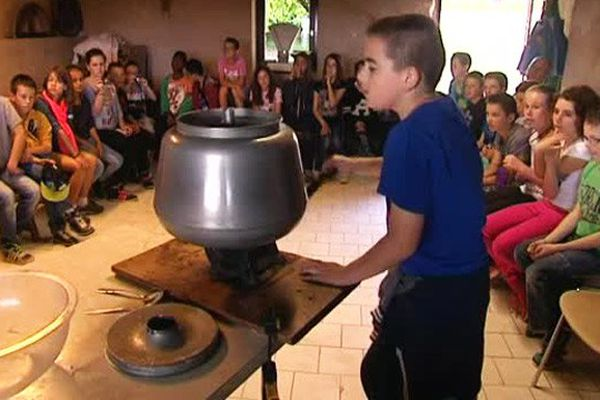 Apprendre à faire son beurre à la ferme de Sainte Yvière (Orne), une vraie découverte pour les enfants séjournant en classe verte