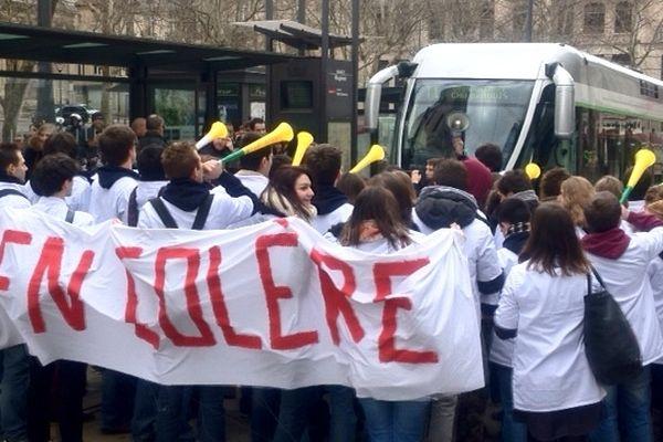 """Les élèves-kinés """"en colère"""" ont bloqué le tram en début d'après-midi, place Maginot à Nancy, lundi 18/03/2013."""