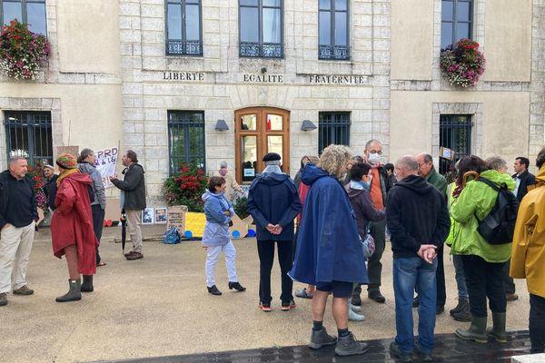 La coordination Touche pas à ma zone humide lors du rassemblement, ce samedi 18 septembre à 10 heures, devant la mairie de Salles.